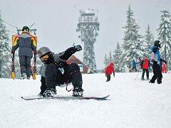HURÁ NA LYŽE. Sníh na sebe letos nenechal dlouho čekat, takhle si užívali lyžaři zimních radovánek v Krkonoších na Černé hoře. Leží tu až 40 centimetrů prašanu.