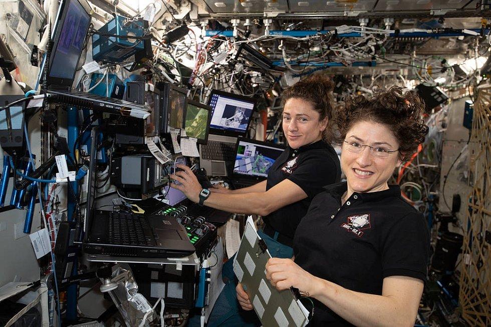Astronautky Christina Kochová (vpravo) a Jessica Meirová při práci na Mezinárodní vesmírné stanici. Tyto dvě ženy uskutečnily první čistě ženský spacewalk v dějinách.
