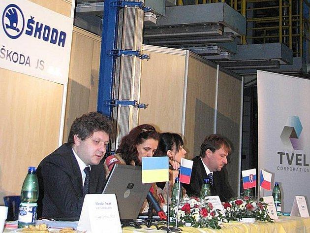 Specialista ruské společnosti TVEL Alexej Dolgov (vlevo) představil novou kazetu pro jaderné palivo.