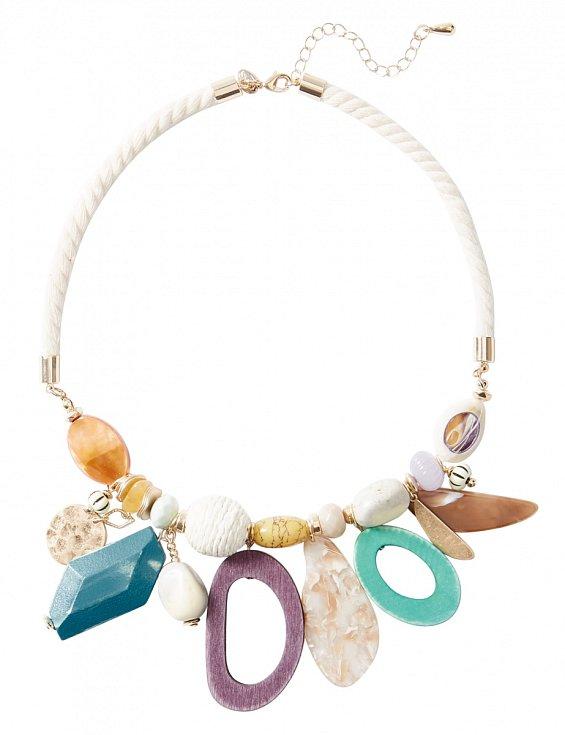 Marks & Spencer, 429 Kč - Extravagantním náhrdelníkem oživíte každý minimalistický outfit