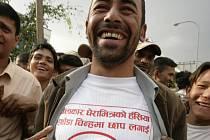 Nadšený stoupec nepálských maoistů se raduje z jejich volebních úspěchů.
