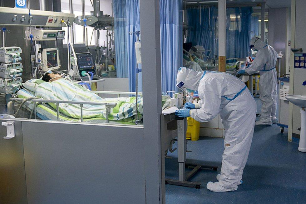 Jednotka intenzivní péče v nemocnici v čínském Wu-chanu.