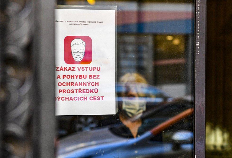 Oznámení na dveřích pražské pošty. Ilustrační snímek