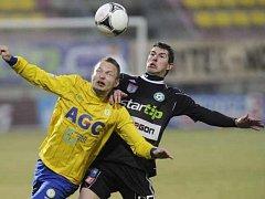 Teplický Vondrášek si hlídá míč před příbramským Pilíkem.