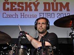 Brankář české fotbalové reprezentace Petr Čech si 10. června večer v Českém domě ve Vratislavi zahrál na bicí společně s kapelou Eddie Stoilow.