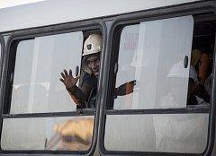 Horníky uvízlé v jihoafrickém dole na zlato se podařilo v pátek ráno vyprostit