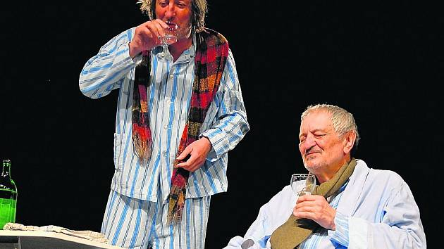 Boleslav Polívka a Milan Lasica v komedii Mínus dva v pražském Divadle Kalich
