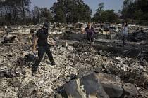 Rodina prohledává trosky lesním požárem zničeného domu ve městě Talent ve státě Oregon, 10. září 2020