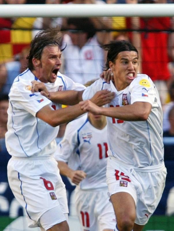 Milan Baroš (vpravo) slaví gól proti Lotyšsku.