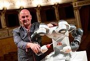 Dirigent Andrea Colombini se svým robotickým protějškem