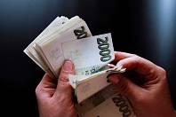 V krajích si desetina lidí nevydělá ani 20 tisíc korun