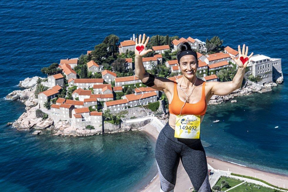 Krásné počasí volalo po fotce - takto se zvěčnila běžkyně z Černé Hory. Ano, nad proslulým letoviskem Sveti Stefan, kde měl svatbu třeba Novak Djokovič
