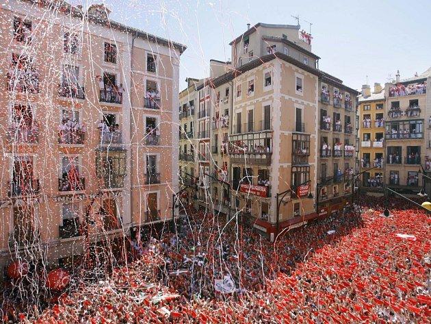 Ilustrační foto. V úzkých uličkách španělského historického města Pamplona začala tradiční zábava tisíců domácích i zahraničních fanoušků - běh před býky.