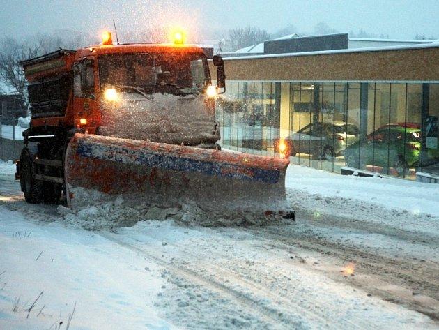 Meteorologům tentokrát předpovědi vyšly dokonale. Republiku o víkendu zasypal sníh a poprvé se pod přikrývkou ocitly i nižší polohy. Radost z počasí měli především lyžaři, řidiči a silničáři už méně. Mnohé cesty byly v neděli sjízdné jen s obtížemi.
