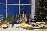 Vánoční stůl s křišťálovými sklenicemi na sekt