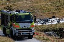 Ve švýcarských Alpách se dnes krátce po startu zřítila armádní helikoptéra. Zahynuli oba piloti, jeden člen posádky byl zraněn.