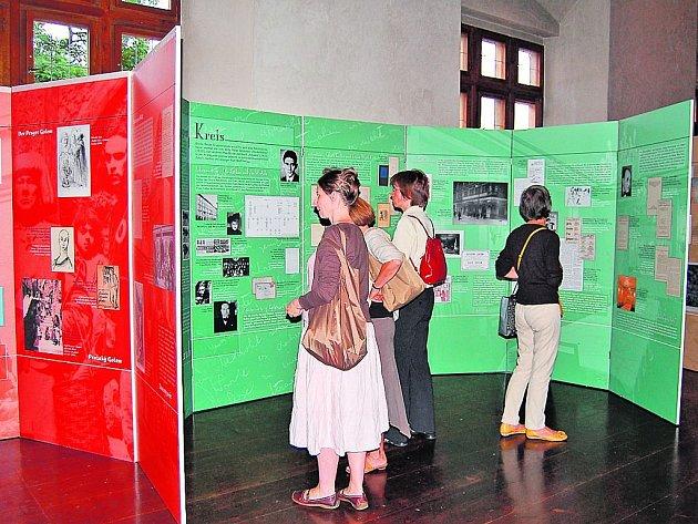 Pohled do expozice s panelem Pražského kruhu kolem Maxe Broda