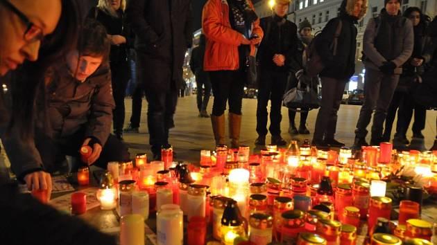 Na pražské Václavské náměstí přišly v mrazivém počasí večer 26. února desítky lidí k soše svatého Václava zapálit svíčky u fotografie s portrétem slovenského investigativního novináře Jána Kuciaka.