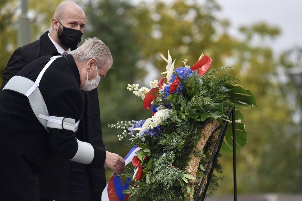 Prezident Miloš Zeman položil věnec u hrobu Neznámého vojína