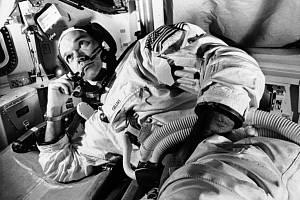 """Ve věku 90 let dnes zemřel americký """"zapomenutý"""" astronaut Michael Collins (na snímku z 19. června 1969 během tréninku na vesmírnou misi)."""