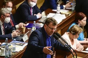 Nezařazený poslanec Lubomír Volný vystoupil na schůzi Sněmovny k návrhu části opozice na vyslovení nedůvěry menšinové vládě ANO a ČSSD 3. června 2021 v Praze
