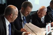 Bývalé vedení ČEZu s Martinem Romanem (uprostřed)