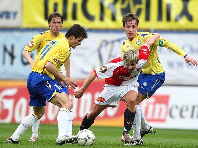 V obležení. Slávista Černý proti přesile neuspěl. Na snímku mu míč odebírá Sabou, pomáhá mu Merzič a přihlíží Doležal.