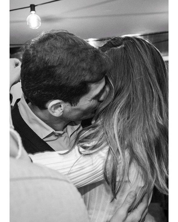 Valentýnský polibek Ikera Casillase a Sary Carbonerová