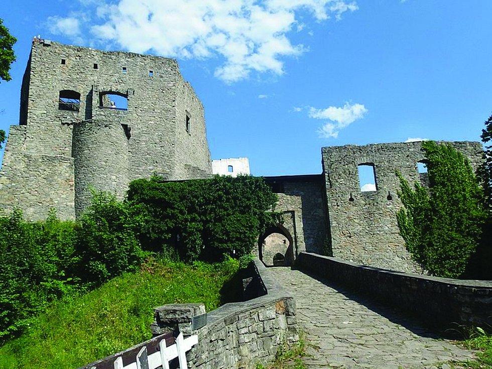 Hukvaldy. Na kopci nad obcí se tyčí zřícenina stejnojmenného hradu. Její nejzachovalejší částí je kaple svatého Ondřeje.