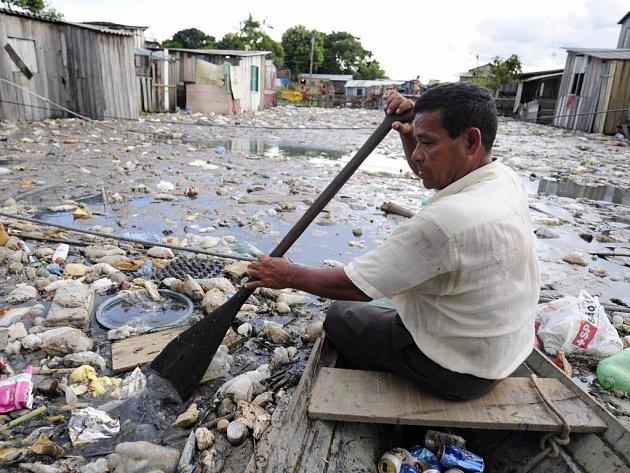 Nejhorší záplavy od roku 1953 zasáhly přístavní město Manaus v brazilské Amazonii. Postihly nejméně 18.000 obyvatel, ale jen pár desítek z nich se uchýlilo do vládních ubytoven, většinou si budují jakási dřevěná patra, jež se zvedají se stoupající vodou.