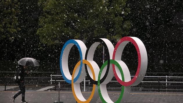 Olympijské kruhy u Národního stadionu v Tokiu.