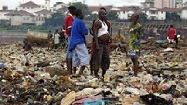 Afrika je zavalena igelitem. Kromě omezení výroby se na pořad dne dostává recyklace a nahrazení plastů jinými materiály.