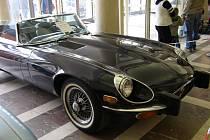Jednou z posledních akci v Průmyslovém paláci byla víkendová Autoshow. U vchodu stály veterány značky Jaguar.