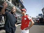 Do Barcelony dorazil i Michael Schuamcher (vpravo). Na snímku rozpráví se spolumajiteleme stáje Toro Rosso a svým bývalým parťákem ještě z Benettonu Gerhardem Bergerem.