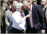 Boss formule jedna Bernie Ecclestone (vlevo) v rozhovoru se španělským králem Juanem Carlosem před startem Velké ceny Španělska.