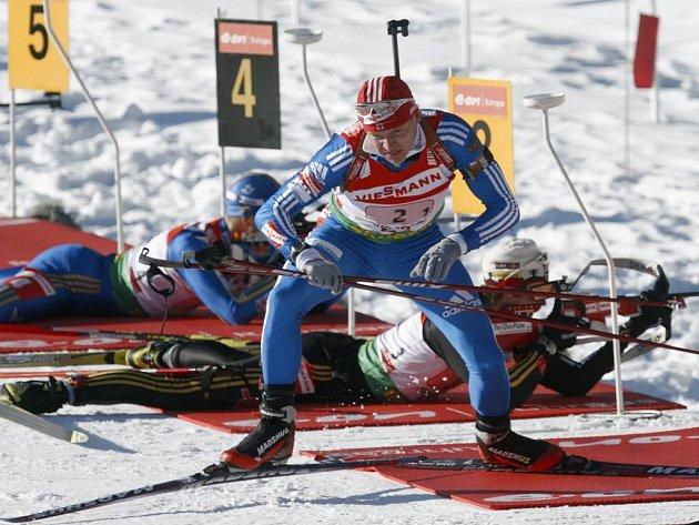 Ruský biatlonista Ivan Čerezov na trati v rakouském Hochfilzenu.
