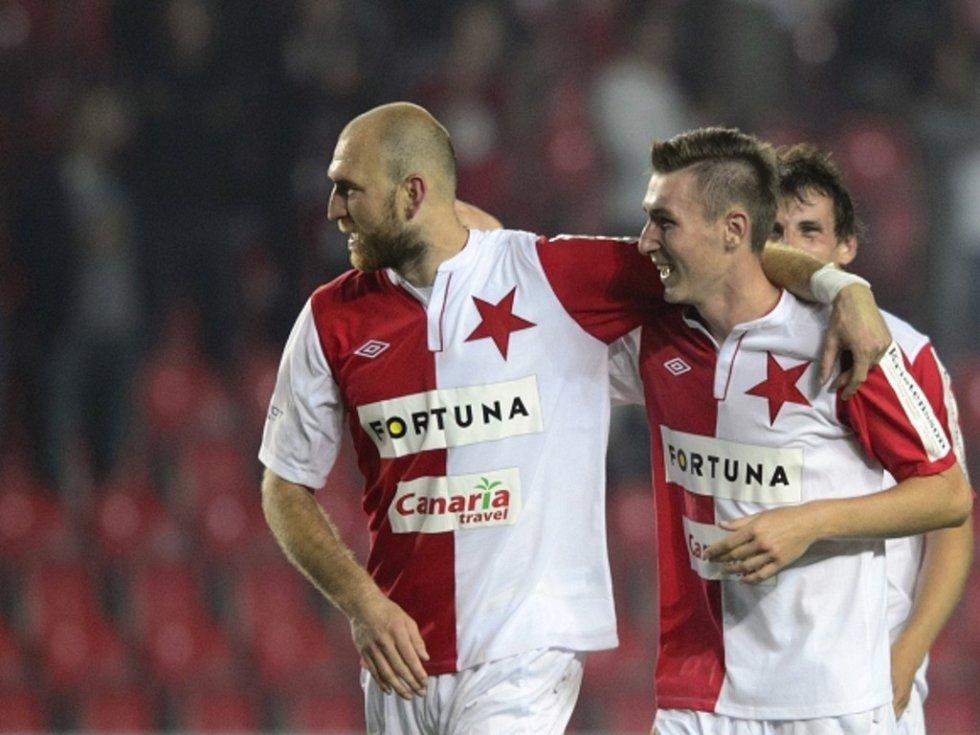 Martin Latka (vlevo) a střelec vítězného gólu Slavie Jaromír Zmrhal se radují z výhry nad Plzní.