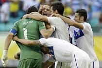 Brankář Gianluigi Buffon (vlevo) vychytal Itálii na penalty výhru proti Uruguayi a třetí místo na Poháru FIFA.