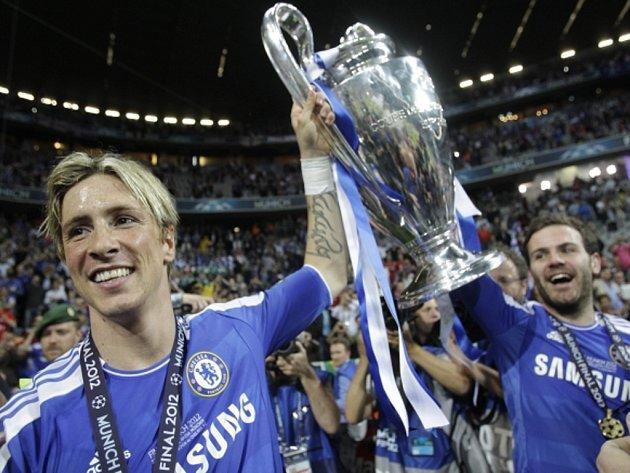 Kanonýr Chelsea Fernando Torres (vlevo) s pohárem pro vítěze Ligy mistrů.
