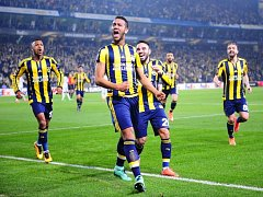 Fotbalisté Fenerbahce Istanbul se radují z gólu proti Lokomotivu Moskva.