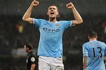 Kanonýr Manchesteru City Edin Džeko se raduje z gólu proti Aston Ville.