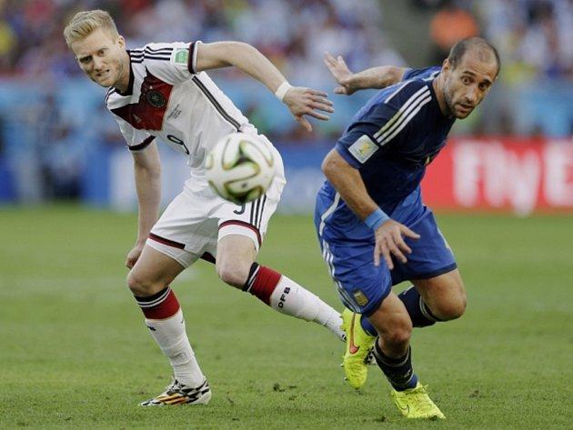 Andre Schürrle z Německa (vlevo) a Pablo Zabaleta z Argentiny.