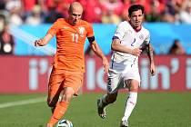 Arjen Robben z Nizozemska (vlevo) a Eugenio Mena z Chile.