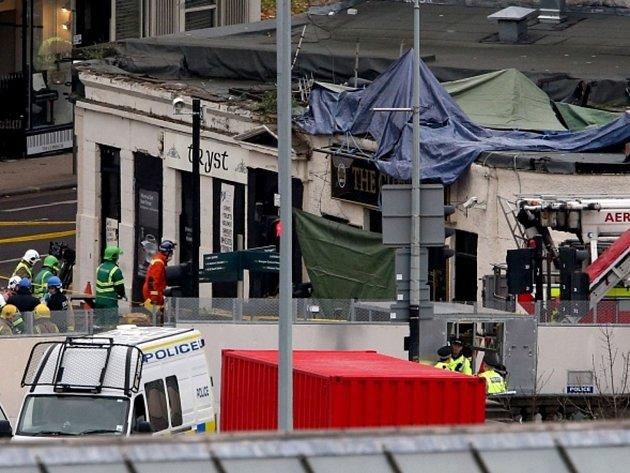 Na střechu baru ve skotském městě Glasgow se zřítil policejní vrtulník.