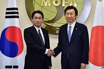 Japonský ministr zahraničí Fumio Kišida a jeho jihokorejský protějšek Yun Byung-Se.