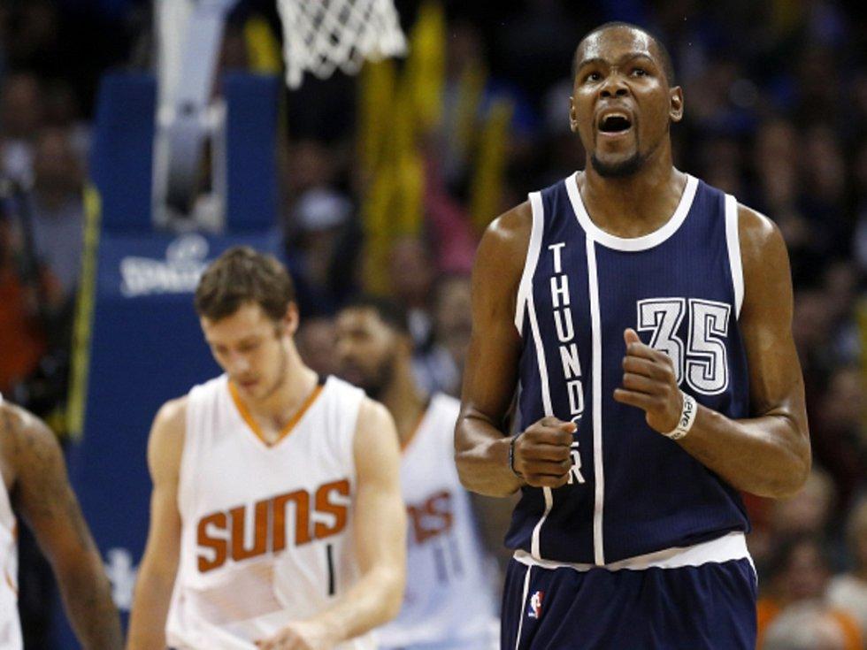 Kevin Durant z Oklahomy (vpravo) dal proti Phoenixu 44 bodů.