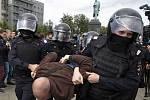 Policisté zadržují jednoho z účastníků demonstrace v centru Moskvy