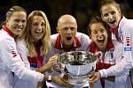 Český tým (zleva) Lucie Hradecká, Petra Kvitová, kapitán Petr Pála, Barbora Strýcová a Karolína Plíšková s trofejí pro vítězky Fed Cupu.