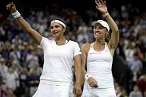 Martina Hingisová (vpravo) získala na Wimbledinu třetí titul ve čtyřhře. Uspěla se Saniou Mirzaovou.