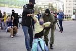 Policie 19. září 2020 zasáhla v Minsku proti opozičnímu pochodu žen protestujících proti autoritářskému režimu prezidenta Alexandra Lukašenka